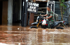 Pegang Tiang Listrik saat Banjir, Akibatnya Fatal - JPNN.com