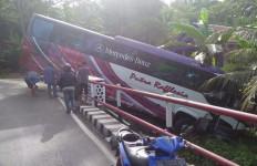 Bus Rombongan Duta Hadis Bengkulu Nyaris Masuk Jurang di Lampung - JPNN.com