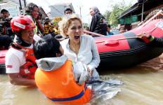 Datangi Korban Banjir, Nikita Mirzani Kembali Singgung Anies Baswedan - JPNN.com