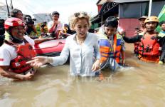 Duh, Nikita Mirzani Basah-basahan di Lokasi Banjir - JPNN.com