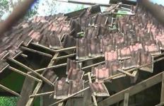 Dibangun Sejak 1980, Atap Sekolah Ini Kini Ambruk Disapu Angin Kencang - JPNN.com