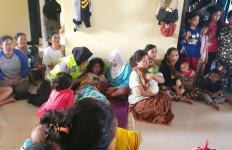 Petugas Evakuasi Menemukan Korban Banjir Terbaring Kritis di Atas Papan - JPNN.com