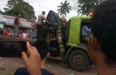 Innalillahi, Awaluddin Tewas Mengenaskan, Nih Lihat Tubuhnya Terjepit - JPNN.com