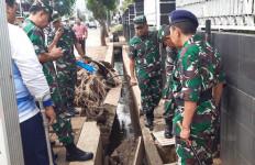 Danlantamal III dan Asrena Kasal Sambangi RSAL Terdampak Banjir - JPNN.com