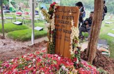 Hujan Mengiringi Pemakaman Ria Irawan - JPNN.com