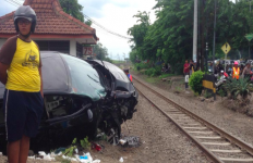 Mobil Berpenumpang 7 Orang Ditabrak Kereta Api, Terlempar Sejauh 10 Meter - JPNN.com