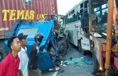 Kecelakaan di Jalinsum, Bus Chandra Menghantam Truk Kontainer - JPNN.com