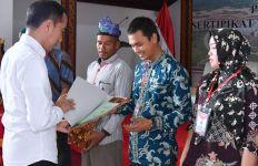Jokowi Masih Sempat Bagi-Bagi Sertifikat Tanah di Natuna - JPNN.com