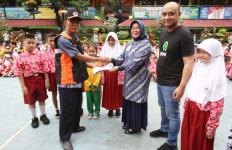 Gojek Bagikan Seragam Sekolah untuk Korban Banjir - JPNN.com