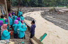 Perempuan Bangsa Menghibur dan Membantu Korban Banjir Sukajaya - JPNN.com