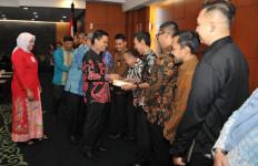 Setjen MPR Santuni Pegawai Korban Banjir - JPNN.com