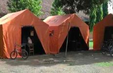 Bangunan Sekolah Ambruk, Siswa Belajar di Tenda Darurat - JPNN.com