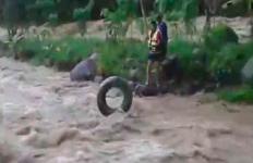 Aksi Heroik Kepala Desa Terjun ke Sungai Selamatkan Warganya yang Terseret Arus - JPNN.com