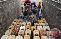 Polisi Tahan Penimbun BBM dan Bongkar Lokasi Penyimpanan Minyak Ilegal - JPNN.com