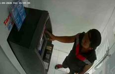 Curi Dompet di ATM, Tak Sadar Aksi Terekam CCTV - JPNN.com