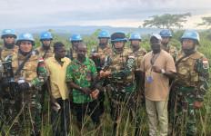 Seorang Milisi Kongo Serahkan Senjata Kepada Satgas TNI - JPNN.com