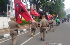 Tak Disukai Warga, Ratusan Atribut PDIP Dicopot Satpol PP DKI Jakarta - JPNN.com