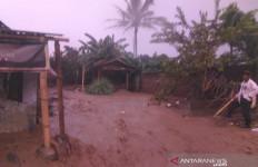 Banjir dan Puting Beliung Merusak Rumah Warga di Garut - JPNN.com