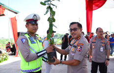 Antisipasi Banjir, Polisi Tanam Ribuan Pohon di Pinggiran Tol - JPNN.com