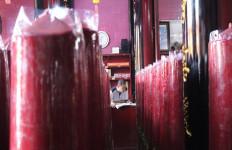 Sambut Imlek, Wihara Tertua di Bandarlampung Pasang 100 Lilin - JPNN.com
