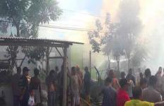 Cuci Beras Tak Sampai 5 Menit, Tak Sadar Dua Rumah Sudah Terbakar - JPNN.com
