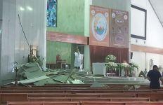 Plafon Gereja Ambruk Minggu Pagi, Beberapa Jemaat Dibawa ke RS - JPNN.com