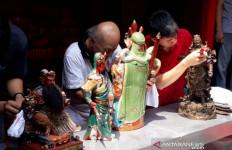 Ritual Mandi Rupang, Pembersihan Arca Dewa-dewi dan Altar - JPNN.com