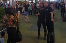 Heboh! Pengunjung dan Pegawai Bandara Langsung Berburu Foto Selfie dengan Pemain Timnas U-19 - JPNN.com