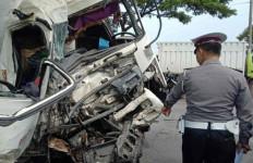 Truk Semen Tabrak Bus di Jalur Pantura, 7 Orang Luka-luka - JPNN.com