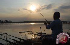 Moncong Ikan Cenro Menancap Tembus Leher Anak Ini Saat Memancing, nih Fotonya - JPNN.com