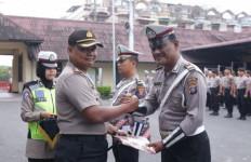 Tiga Polisi Berprestasi Ini Dapat Penghargaan dari Pimpinan - JPNN.com