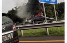 Bum, Mobil Minibus Terbakar di Tol Jagorawi - JPNN.com