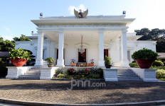 Iwan: Jangan Sinis Menyikapi Kantor Desa Mirip Istana Merdeka - JPNN.com