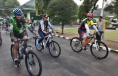 Danlanal Batuporon, Dandim 0829, dan Kapolres Bangkalan Gowes Bersama - JPNN.com