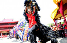 Gubernur Ganjar Tiba-tiba Bergerak Maju Mendekati Barongsai - JPNN.com