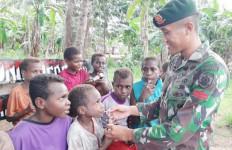 Prajurit TNI AD Ajak Anak-anak di Perbatasan RI-PNG untuk Minum Susu - JPNN.com