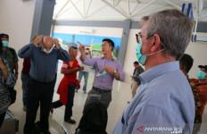 Dinkes Kota Tasikmalaya Bagikan Masker di Bandara - JPNN.com