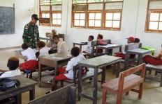 Sekolah Hanya Punya 3 Guru PNS, 1 Honorer, Prajurit TNI Turun Tangan - JPNN.com