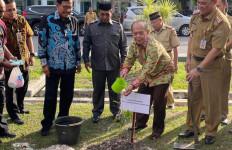 Memperkuat Kalimantan Sebagai Paru-paru Dunia, Syarief Hasan MPR RI Tanam Pohon - JPNN.com