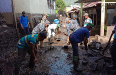 Personel Lanal Banyuwangi Bantu Korban Bencana Banjir Bandang - JPNN.com