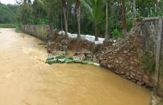 Tanggul Setinggi 3 Meter Jebol, Warga Sekitar Terancam Jika Hujan Deras - JPNN.com