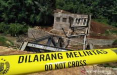 Jembatan Cibalagung Cianjur Ambruk - JPNN.com
