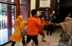 Detik-detik 2 Pembunuh Sopir Taksi Online Diamuk Keluarga Korban - JPNN.com
