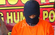 Polisi Datang ke Rumah Oknum Honorer, Melakukan Penangkapan - JPNN.com