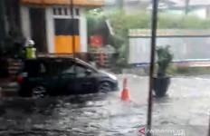 Proyek Tol Cisumdawu Bikin Gerbang Tol Cileunyi Terendam Banjir - JPNN.com