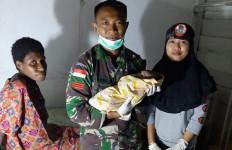 Prajurit TNI Bantu Proses Persalinan Warga di Perbatasan - JPNN.com
