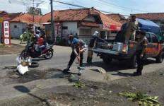 Jalan Penghubung Cirebon-Bandung Rusak, Polisi Turun Tangan - JPNN.com