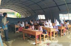 Terpaksa Belajar di Tenda Darurat - JPNN.com