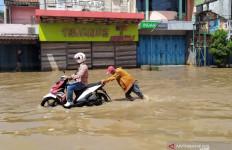 Genangan Surut, Korban Banjir Jakarta Mulai Kembali ke Rumah - JPNN.com