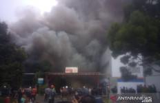 Detik-detik Pabrik Kosmetik di Sukabumi Terbakar, Karyawan Kocar-kacir - JPNN.com